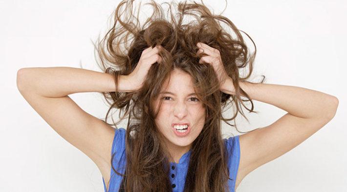 Девушка с лохматыми длинными волосами