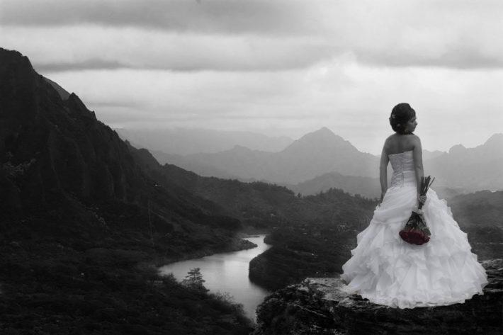 Одна невеста на фоне гор