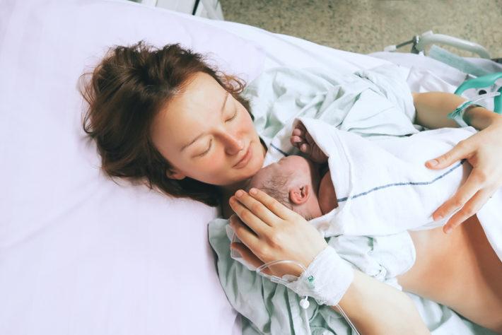 Женщина только родила