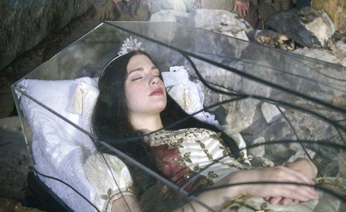 Девушка в стеклянном гробу