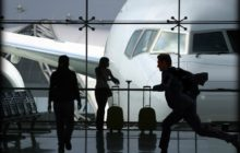 Мужчина опаздывает на самолет