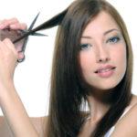 Девушка отрезает волосы себе