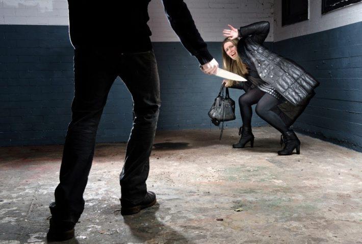На девушку нападает убийца с ножом