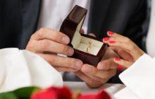 Мужчина держит коробочку с обручальным кольцом