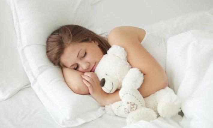 Девушка спит с мишкой