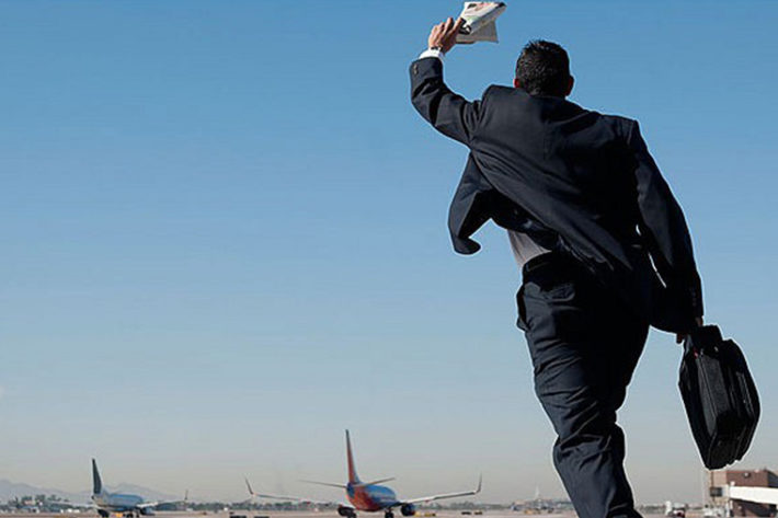Мужчина опоздал на самолет