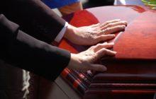 Люди положили руки на гроб