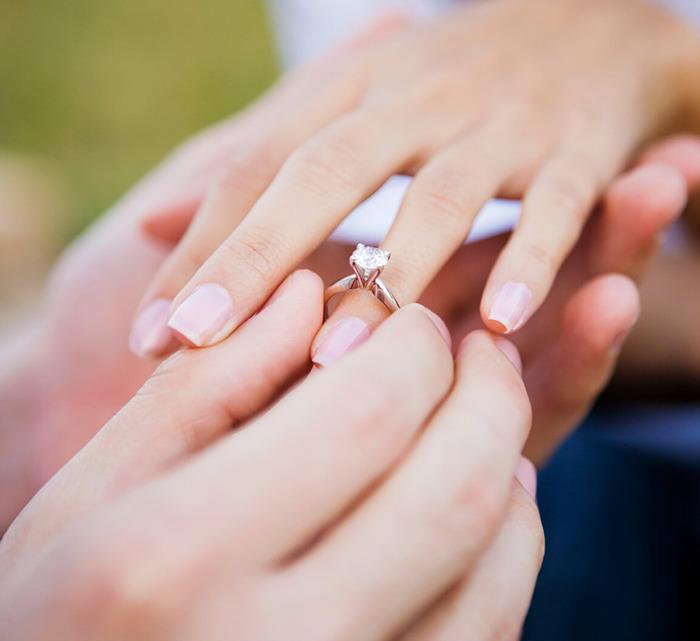 Мужчина надевает кольцо на палец