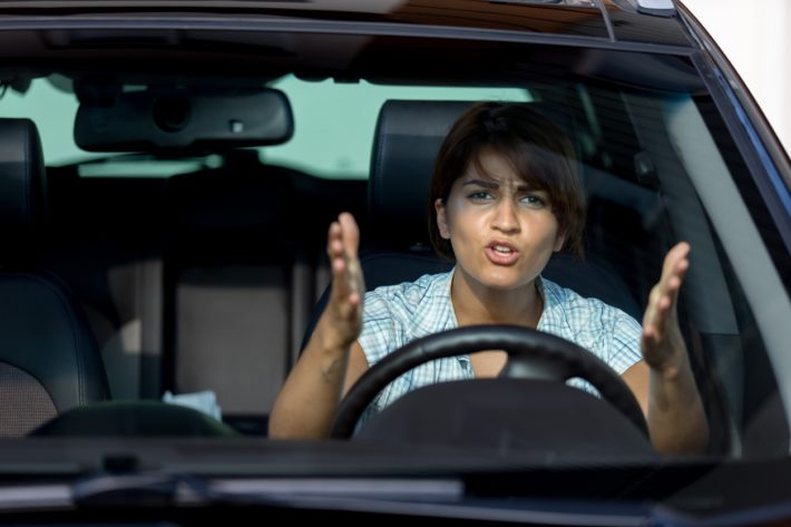 Девушка нервничает за рулем