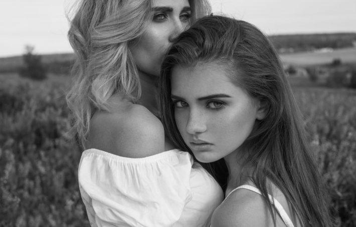 Две девушки обнимаются