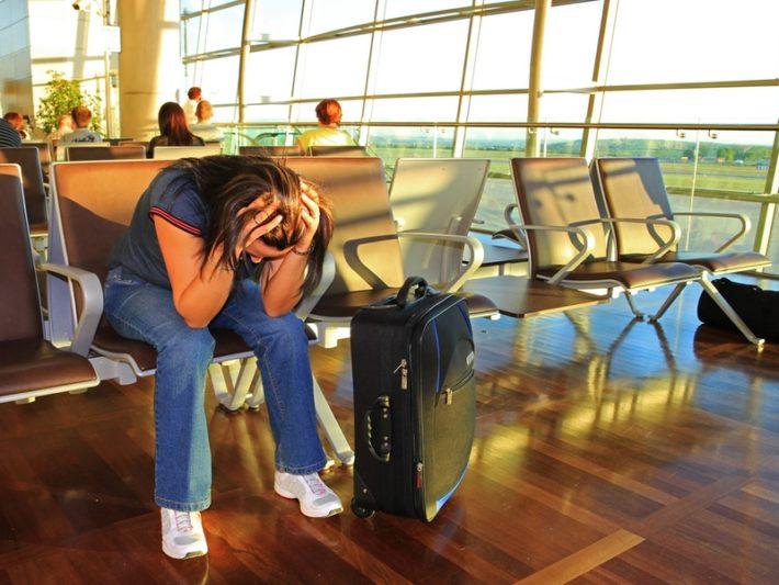Девушка плачет в аэропорте