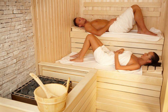 Мужчина с женщиной в бане