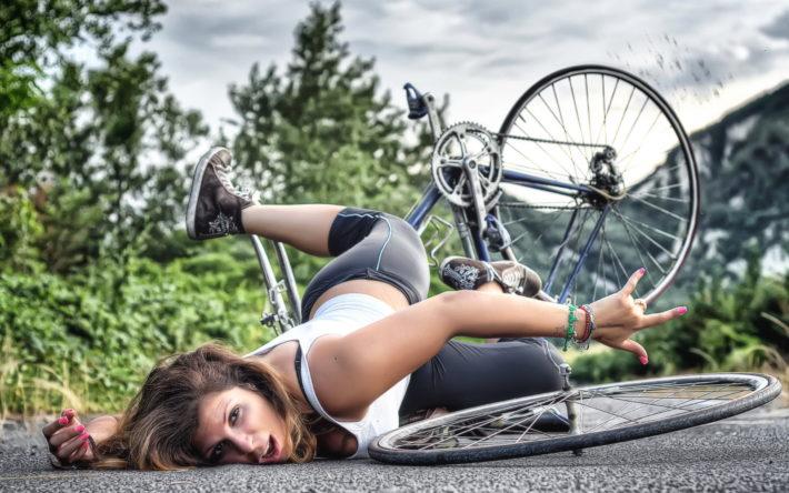 Девушка упала с велосипеда