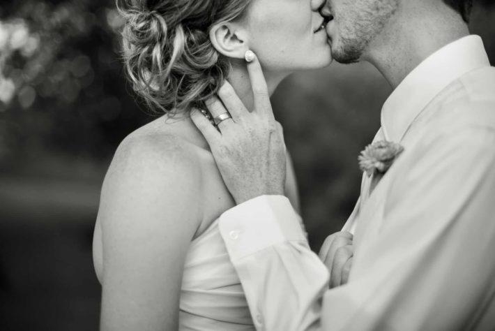 Молодожены целуются