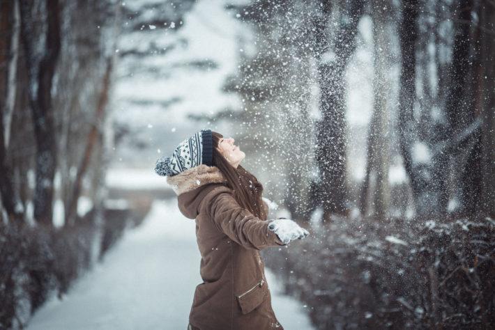 Девушка под снегопадом