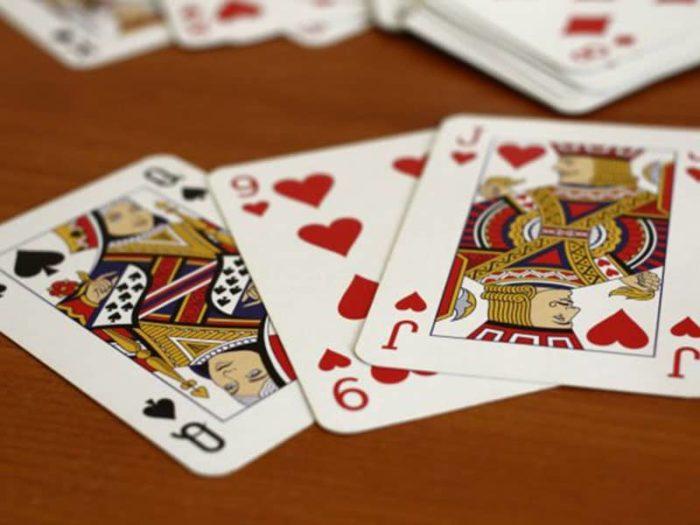 игральные карты на столе