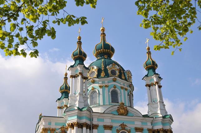 Красивая церковь на фоне неба