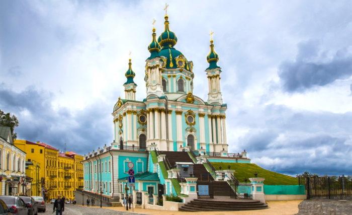 Церковь на фоне облачного неба
