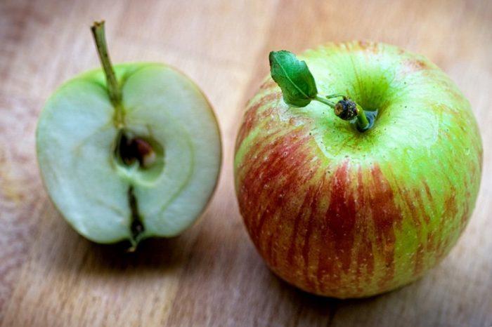 Полтора яблока на столе