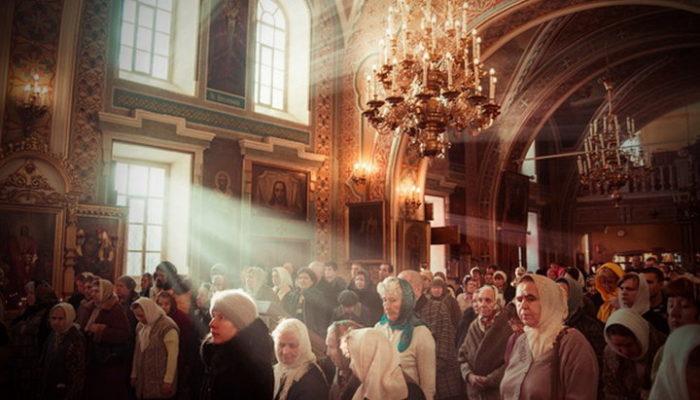 Прихожане стоят в церкви
