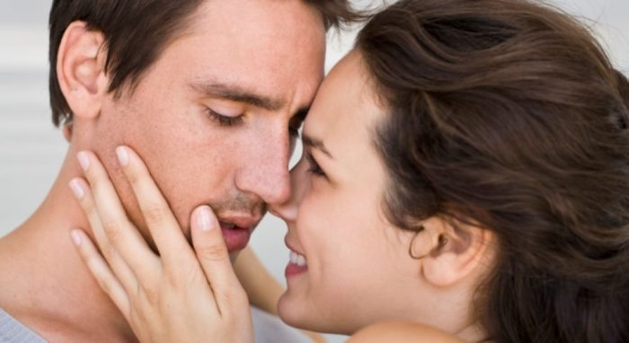 Влюбленные собираются поцеловаться