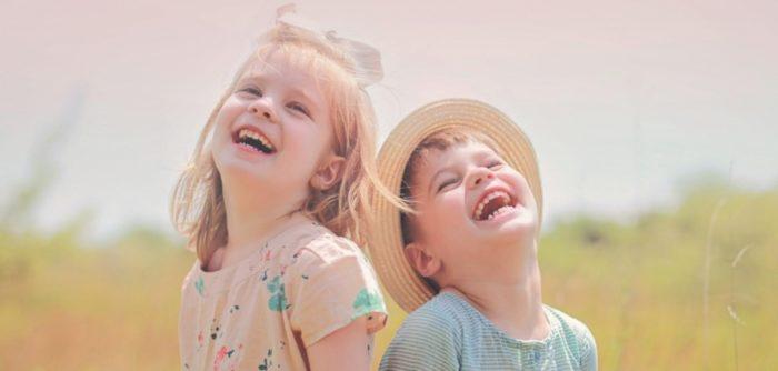 Мальчик и девочка смеются