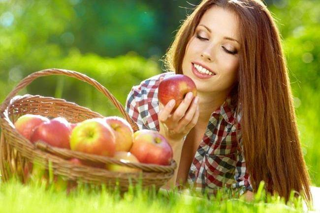 Девушка с корзиной яблок