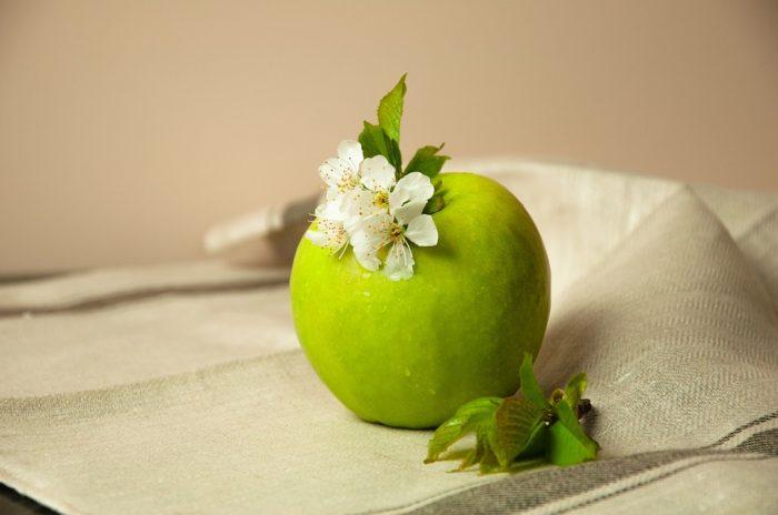 Зеленое яблоко с яблочным цветом