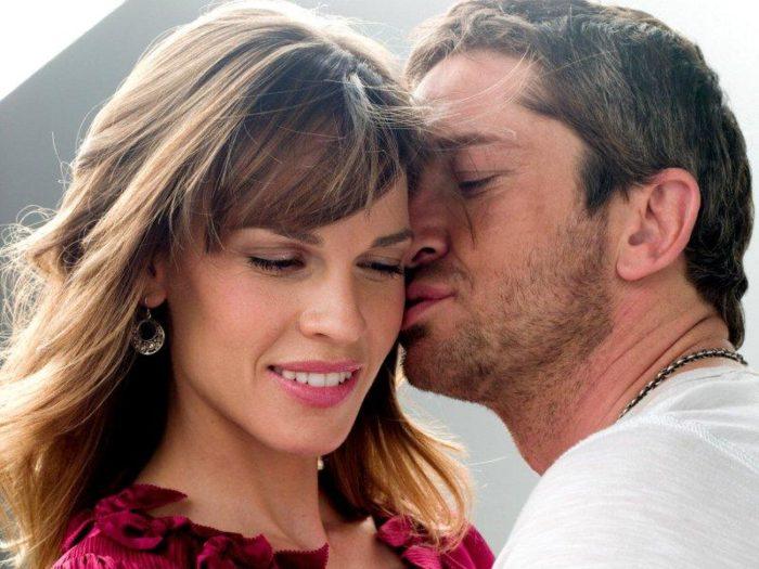 Мужчина целует женщину в щеку