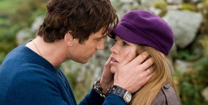 Мужчина хочет поцеловать женщину
