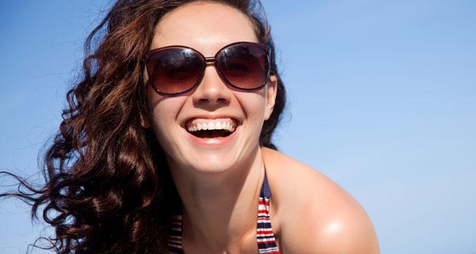 Смеющаяся девушка в очках
