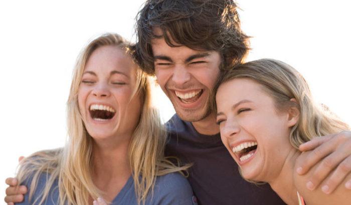Трое молодых людей смеются