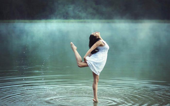Девушка танцует на воде