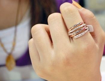 Золотое кольцо на указательном пальце