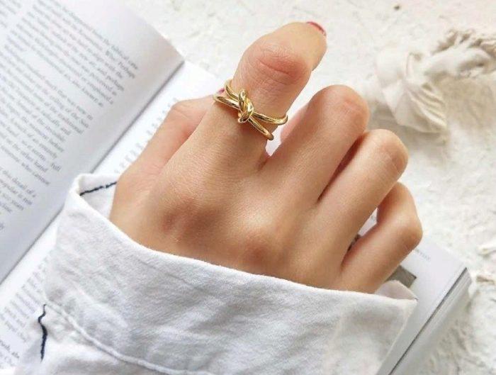 Золотое колечко в форме узелка
