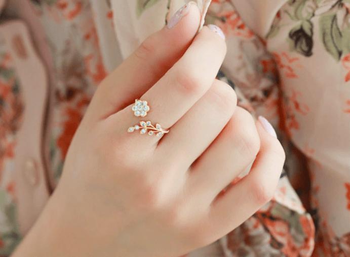 Кольцо в форме цветка на указательном пальце