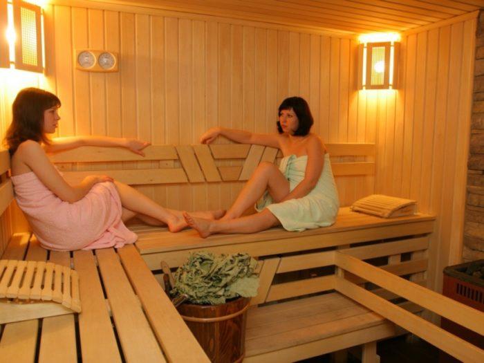 Две женщины общаются в бане
