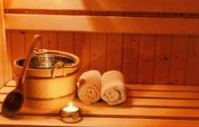 Ведро, полотенца и свеча в бане