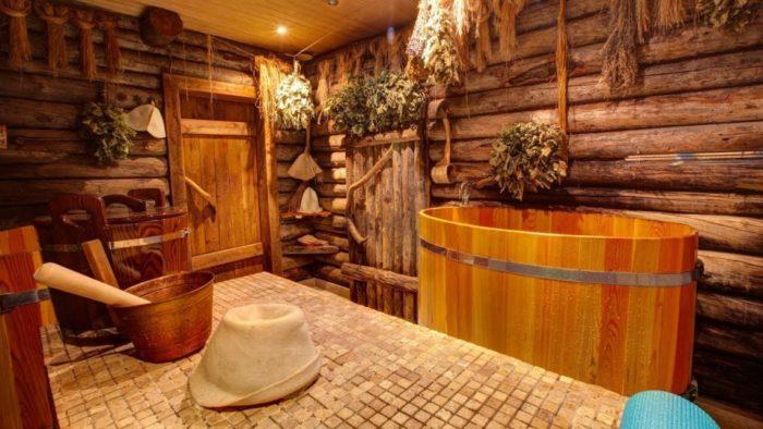 Веники, бочка и головной убор в бане
