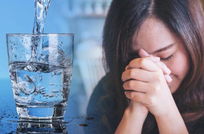 Девушка молится на стакан воды