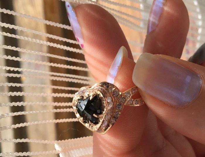 Кольцо с черным камнем в форме сердца
