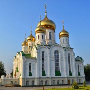Церковь на фоне голубого неба