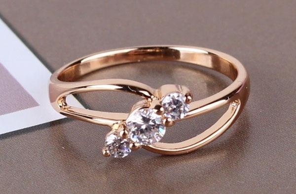Золотое кольцо с тремя камнями