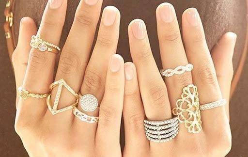 Очень много колец на каждом пальце обеих рук