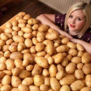 Женщина с ящиком картошки