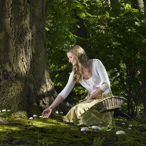Девушка собирает грибы