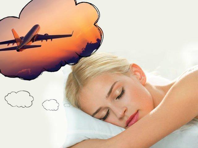 Женщина видит самолет во сне