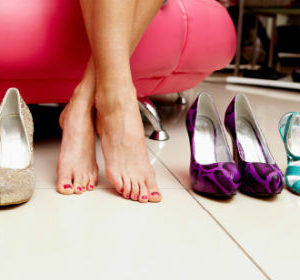 Женские ноги на примерке туфель