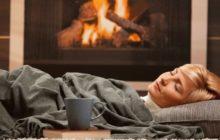Спящая женщина у камина