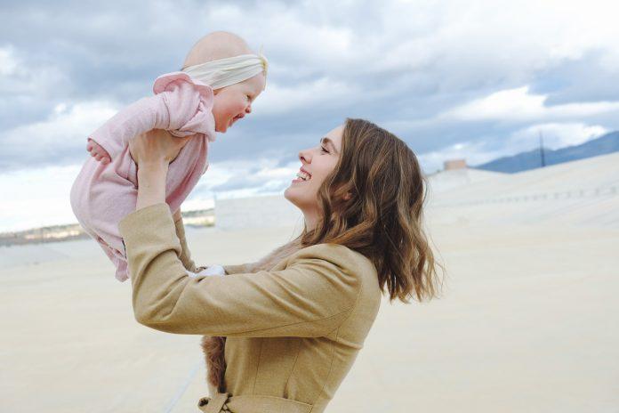 Женщина любуется младенцем